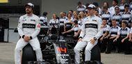 Alonso y Vandoorne en la foto del equipo en el GP de Japón - SoyMotor