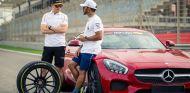 Stoffel Vandoorne y Lewis Hamilton en Baréin - SoyMotor.com