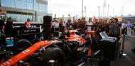 Stoffel Vandoorne, sus mecánicos y su MCL32 en Yas Marina - SoyMotor.com