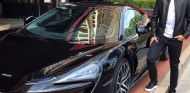 Stoffel Vandoorne posa con su 570GT – SoyMotor.com