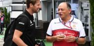 Frédéric Vasseur (der.) conversa con Romain Grosjean (izq.) - SoyMotor.com