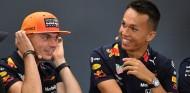 Albon escucha a Verstappen en las reuniones para aprender - SoyMotor.com
