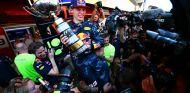 Max Verstappen celebra su victoria en Montmeló - LaF1