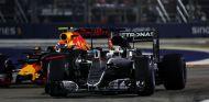 Verstappen y Hamilton durante el GP de Singapur 2016 - SoyMotor