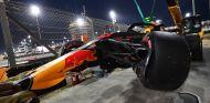La grúa retira el RB14 de Max Verstappen - SoyMotor.com