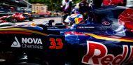 Max Verstappen saliendo de boxes durante los entrenamientos del GP de Mónaco - LaF1