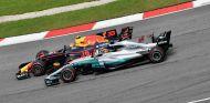 Verstappen y Hamilton durante el GP de Malasia 2017 - SoyMotor.com