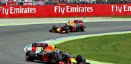 Ricciardo y Verstappen durante una carrera esta temporada - SoyMotor