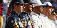 Max Verstappen y Daniel Ricciardo en la fotografía de final de temporada - SoyMotor