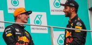 Max Verstappen y Daniel Ricciardo en el podio de Sepang - SoyMotor.com