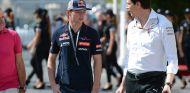 Max Verstappen y Toto Wolff en Abu Dabi - SoyMotor.com