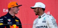 Max Verstappen (izq.) junto a Lewis Hamilton (der.) – SoyMotor.com