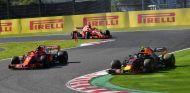 Max Verstappen contra los dos Ferrari –SoyMotor.com