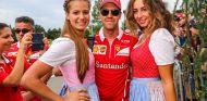 Sebastian Vettel con dos azafatas en el GP de Austria 2015 - SoyMotor.com