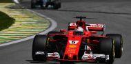 Sebastian Vettel, por delante de Valtteri Bottas en Brasil - SoyMotor.com