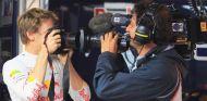 Sebastian Vettel bromea con un cámara de televisión en el box de Red Bull