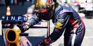 Sebastian Vettel acaricia el 'lomo' de su RB9 en el parc fermé del Nürburgring - LaF1