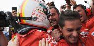 Sebastian Vettel celebra la victoria con su equipo en Montreal - SoyMotor.com