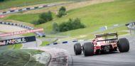 Sebastian Vettel doma un Ferrari