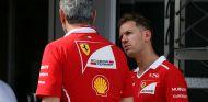 Maurizio Arrivabene y Sebastian Vettel en Bakú - SoyMotor