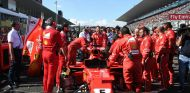 Mecánicos trabajando en el coche de Vettel antes de la carrera en Suzuka - SoyMotor.com