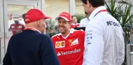 Lauda, Vettel y Wolff conversando en el paddock en 2016 - SoyMotor.com