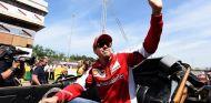 Sebastian Vettel saluda a la afición - LaF1.es