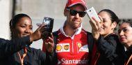 Sebastian Vettel con fans durante el GP de Brasil 2017 - SoyMotor.com