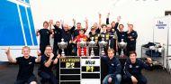 Celebraciones posteriores al triunfo de Mick Jr en la tercera carrera del fin de semana - LaF1