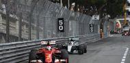 Vettel y Hamilton en los compases finales del GP de Mónaco del año pasado - LaF1