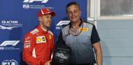 Sebastian Vettel y Mario Isola en Baréin - SoyMotor.com