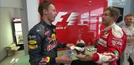 Daniil Kvyat y Sebastian Vettel en el prepodio de China - laF1