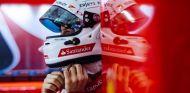 Vettel en el box de Ferrari en Malasia - LaF1