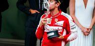 Sebastian Vettel besando el trofeo de su segundo puesto en Mónaco - LaF1