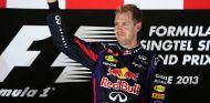 Sebastian Vettel celebra su victoria en el podio de Singapur - LaF1