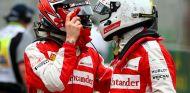 Kimi Räikkönen y Sebastian Vettel saludándose tras el GP de Australia - LaF1