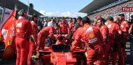 Mecánicos de Ferrari trabajando en el SF70-H de Sebastian Vettel en Suzuka - SoyMotor.com