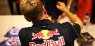 Sebastian Vettel firma autógrafos en Singapur - LaF1