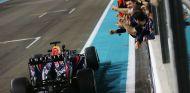 Vettel junto al muro de Red Bull en Abu Dabi - LaF1