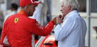 Sebastian Vettel y Charlie Whiting en Bakú - SoyMotor.com