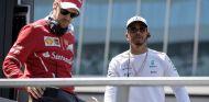 Sebastian Vettel (izq.) y Lewis Hamilton (der.) – SoyMotor.com
