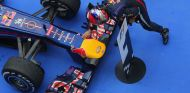 Sebastian Vettel acaricia su Red Bull RB9 en Corea - LaF1