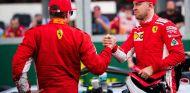Sebastian Vettel (der.) y Kimi Räikkönen (izq.) – SoyMotor.com