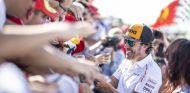 Fernando Alonso firmando autógrafos - SoyMotor.com