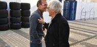 Jacques Villeneuve con Bernie Ecclestone en una imagen de archivo del GP de Rusia - SoyMotor