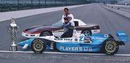 Jacques Villeneuve posa con el Borg-Warner Trophy en la línea de meta de Indianápolis, en 1995 - LaF