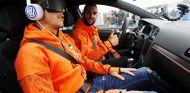 Montoya conduce uno de los Volkswagen mientran un compañero intenta adivinar qué modelo es - SoyMotor