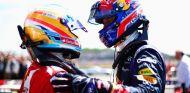 Mark Webber y Fernando Alonso se saludan en el GP de Gran Bretaña - LaF1