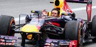 Mark Webber se ha quitado el casco durante la vuelta de regreso a boxes - LaF1