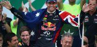 Mark Webber celebra su último podio arropado por su equipo - LaF1